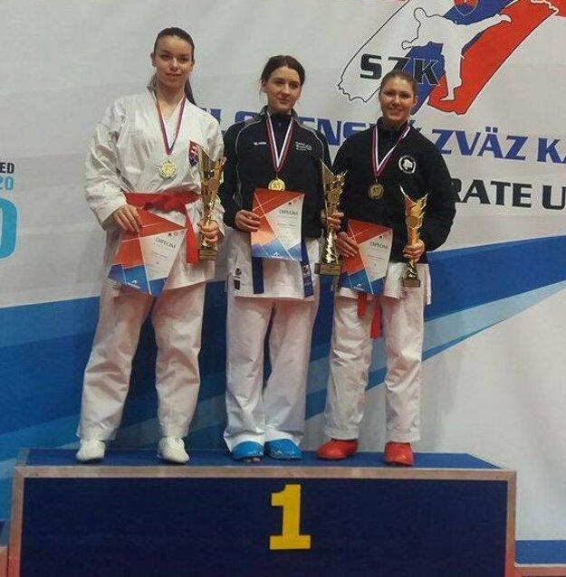 Medailistka Lenka Sahuľová (vľavo).