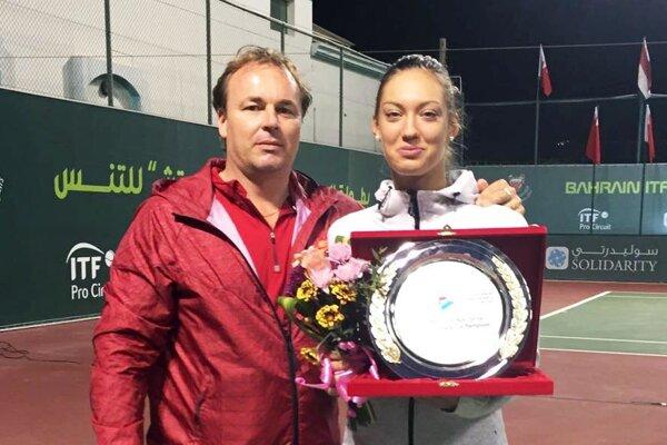 Tereza Mihalíková vyhrala na ženskom turnaji v Bahrajne dvojhru aj štvorhru. Radosť mal aj tréner Ján Studenič.