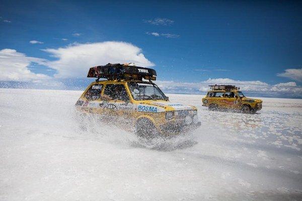 Cestovatelia z Česka, Poľska a Slovenska vedeli, že  so starým autom môžu kedykoľvek uviaznuť v krajine nikoho.