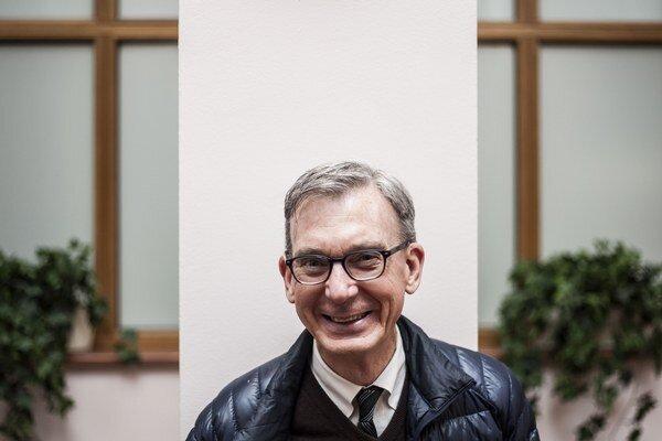 Martin Casella (1956) je autor desiatky hier, muzikálov a filmových scenárov. V 80. rokoch bol  asistentom Stevena Spielberga. Učí na  Harvey Milk High School v New York City. Podľa jeho scenáru Tom's Dad má nakrútiť film oscarový režisér Lasse Hallström.