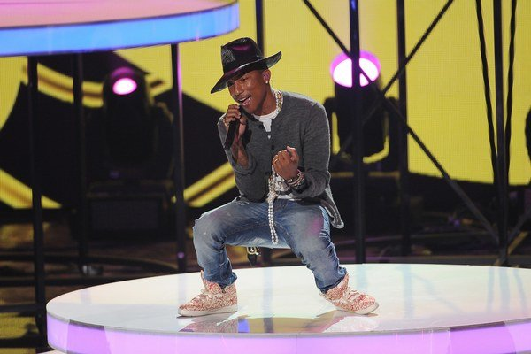 Pharrell Williams pri koncerte.