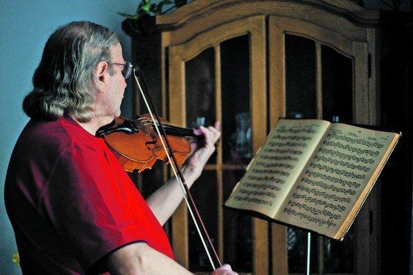 Pán Jozef sľúbil, že keď sa na hodinách huslí oťuká, pozve nás na malý koncert.
