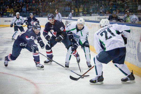 Hokejisti Jugry Chanty-Mansijsk (v bielom) sa budú musieť v najbližších zápasoch zaobísť bez svojho spoluhráča.