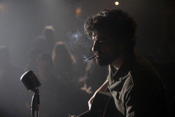 Oscar Isaac v titulnej postave pesničkára, ktorý zostal v predsieni slávy.