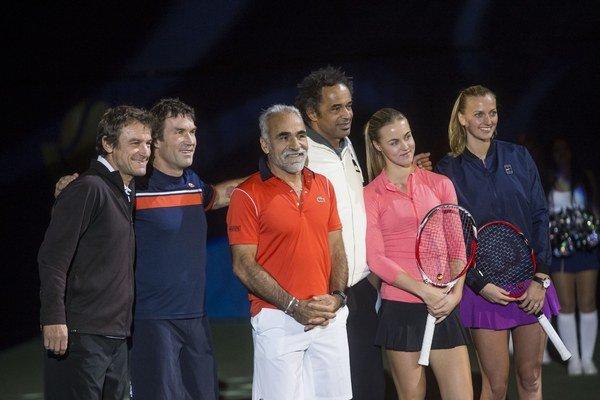 Okrem Češky Petry Kvitovej (vpravo) a Slovenky Karolíny Schmiedlovej (druhá sprava) sa exhibície zúčastnili zľava Mats Wilander, Pat Cash, Mansour Bahrami a Yannick Noah.