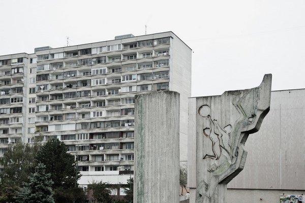 Medzi najvýraznejšie symboly architektúry 20. storočia u nás patria aj sídlisko Petržalka či Námestie Slobody. Knihu Moderné a/alebo totalitné v architektúre 20. storočia na Slovensku vydalo vydavateľstvo Slovart v grafickej úprave Ľubici Segečo