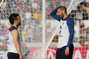 Na snímke z júna 2014 debatuje na reprezentačnom zraze Karim Benzema (vpravo) s Mathieum Valbuenom.