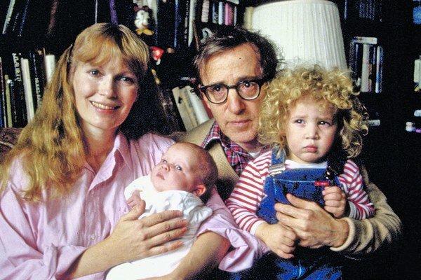 Woody Allen a Mia Farrow s deťmi v čase, keď tvorili šťastnú rodinu.