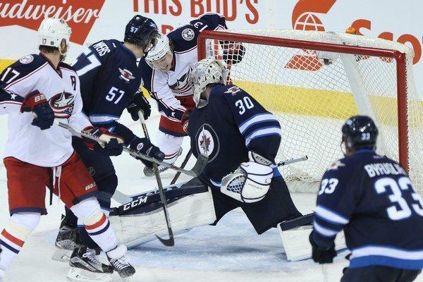 Hokejisti Columbusu prekonali domáceho gólmana Connora Hellebuycka z Winnipegu hneď štyrikrát, no ani to nestačilo na body. Jets skórovali až v šiestich prípadoch a pripísali si ďalšiu výhru v sezóne.