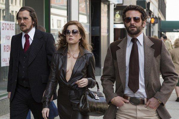 Amy Adams je nominovaná na Oscara za hlavnú úlohu v snímke Špinavý trik (American Hustle). Naľavo od nej Christian Bale, napravo Bradley Cooper.