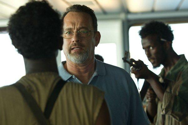 Tom Hanks ako kapitán Phillips. Film má šesť oscarových nominácií, jednu z nich dostal Barkhad Abdi za úlohu šéfa somálskej pirátskej lode.