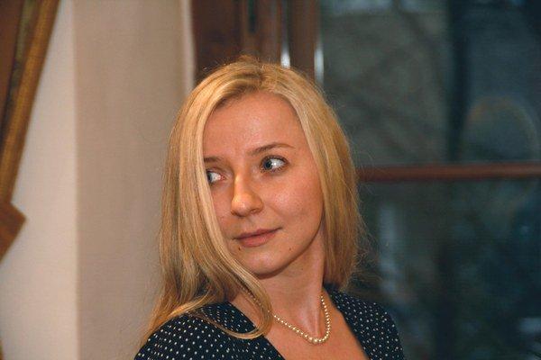 Lucia Abergh (34), rodená Máčiková sa narodila v Šali. Študovala divadelnú dramaturgiu na VŠMU a filmovú scenáristiku na FAMU v Prahe.  Podieľala sa na tvorbe českých seriálov Redakce, Ordinace v ružové zahradě II, Obchoďák. Vo Švédsku pracovala v