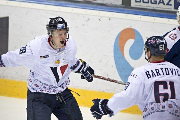 Pavol Skalický (vľavo) sa teší zo streleného gólu.
