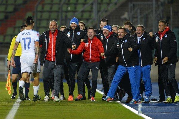 Marek Hamšík oslavuje svoj úvodný gól do siete Luxemburska spolu s celou striedačkou hostí.