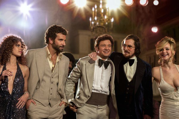 Amy Adams, Bradley Cooper, Jeremy Renner, Christian Bale a Jennifer Lawrence vo filme Špinavý trik.