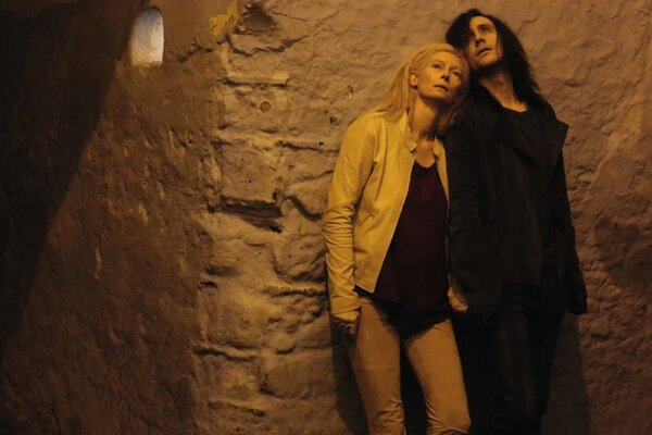"""Upírski milenci Tilda Swinton a Tom Hiddleston v novom Jarmuschovom filme. Dôležité miesto v ňom má aj atmosféra Detroitu. Jarmusch hovorí: """"Som k nemu emočne pripútaný, ale prečo, na to sa ma nepýtajte."""""""