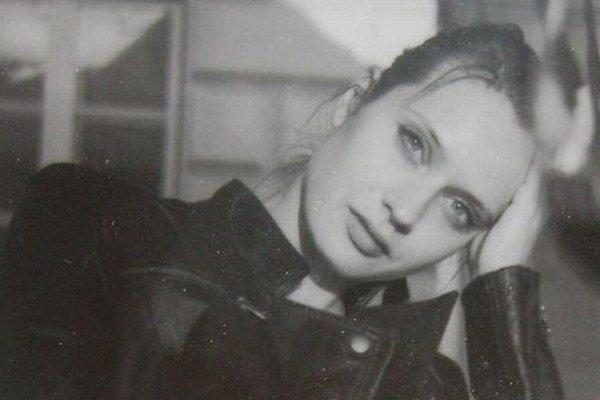 Svetlana Fialová (1985) - narodila sa v Košiciach, kde začala študovať na Fakulte umení Technickej univerzity, pokračovala štúdiom v Prahe, aktuálne je doktorandkou v ateliéri Daniela Fischera na bratislavskej VŠVU.