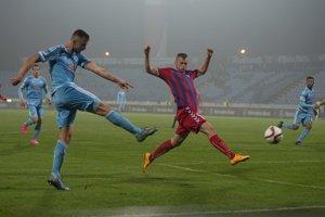 Senický stopér Róbert Pillár sa snaží zabrániť útočnej akcii domácich hráčov Slovana.