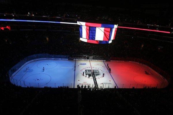 Pred zápasom medzi Los Angeles Kings a Edmontonom Oilers vysvietili ľadovú plochu i informačnú kocku nad ňou vo francúzskej trikolóre.