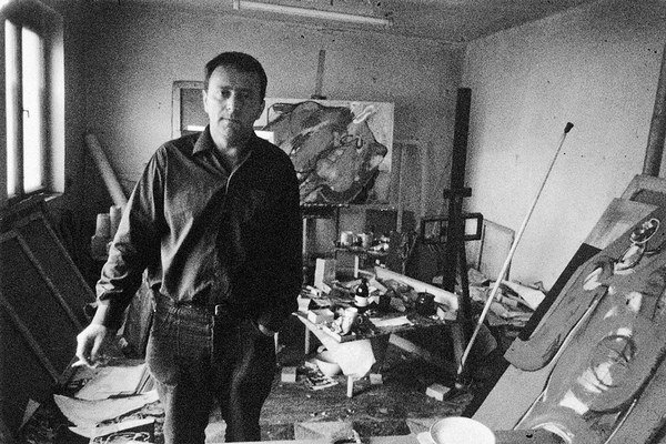 Milan Paštéka (1931 – 1998) vo svojom ateliéri.