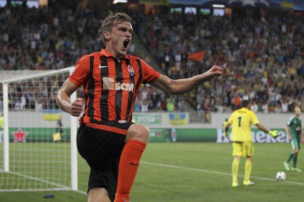Oleksandr Gladkij oslavuje gól v drese Šachtaru Doneck do siete Rapidu Viedeň v play-off Ligy majstrov.