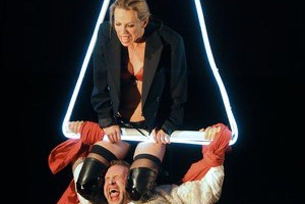 Diana Mórová a Tomáš Maštalír v novej inscenácii divadla Aréna.