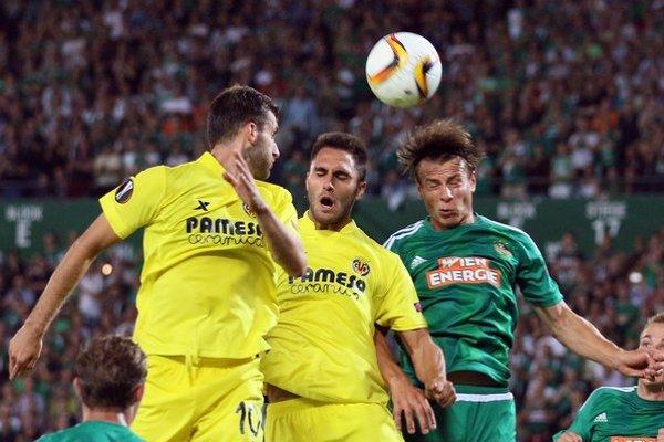 Dvojica hráčov hosťujúceho celku Leo Baptistao (vľavo) a Victor Ruiz v hlavičkovom súboji s domácim Stefanom Schwabom.