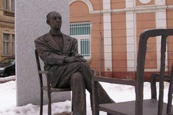 Socha Sándora Máraia od Pétera Gáspára sa nachádza neďaleko spisovateľovho rodného domu v Košiciach. O jeho umeleckú pozostalosť sa stará Tibor Mészáros  z  Petőfiho literárneho múzea v Budapešti.  Zostavil  Máraiovu bibliografiu a viac výberov z jeho die