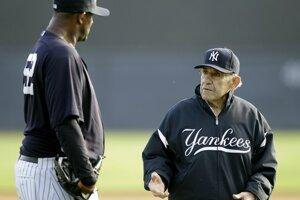Na snímke z 24. februára 2011 komunikuje Yogi Berra (vpravo) s nadhadzovačom CC Sabathiom. Legendárny bejzbalista zomrel vo veku 90 rokov.