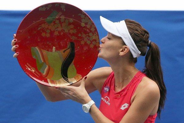 Agnieszka Radwanská bozkáva trofej za víťazstvo na turnaji v Tokiu.
