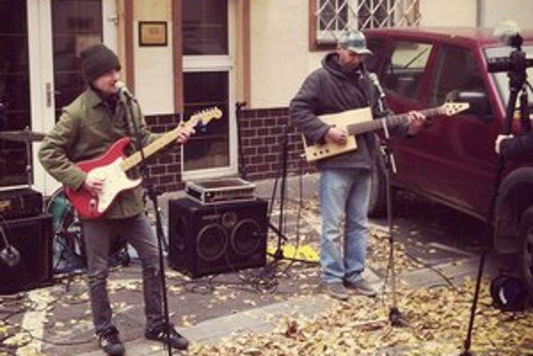 Martin Višňovský (vpravo) už s kapelou hral na rôznych miestach – napríklad aj pred budovou SOZA.