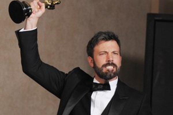 Ben Affleck vo svojom víťaznom filme aj hral, vraj preto, aby producenti nezabudli, že neprestal byť hercom. Vybral si postavu agenta CIA Tonyho Mendeza, ktorý kryciu akciu v Iráne vymyslel.