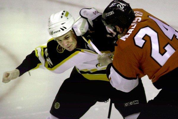 Nazarov (vľavo v drese Bostonu) bol aj počas hráčskej kariéry vyhláseným bitkárom.