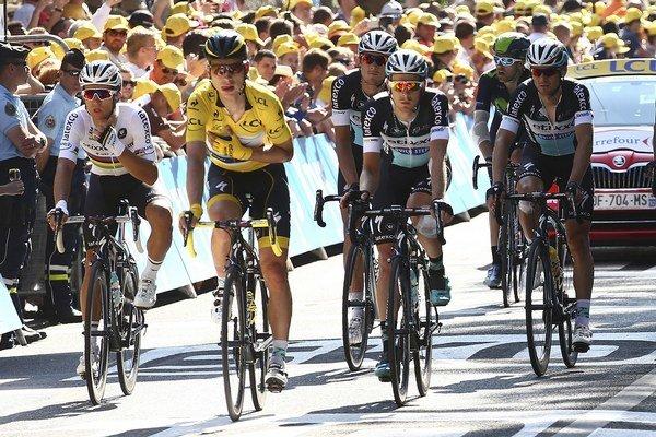 Tony Martin (v žltom) došiel do cieľa aj s pomocou ďalších jazdcov. Podozrenie na zlomeninu kľúčnej kosti sa, bohužiaľ, potvrdilo.