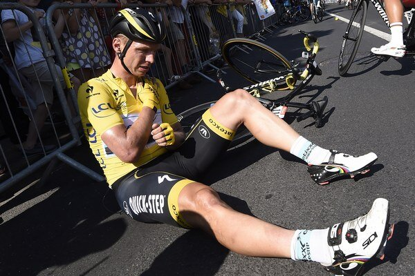 Držiteľ žltého trička Tony Martin musel z Tour de France odstúpiť po páde v šiestej etapy. Zlomil si kľúčnu kosť.