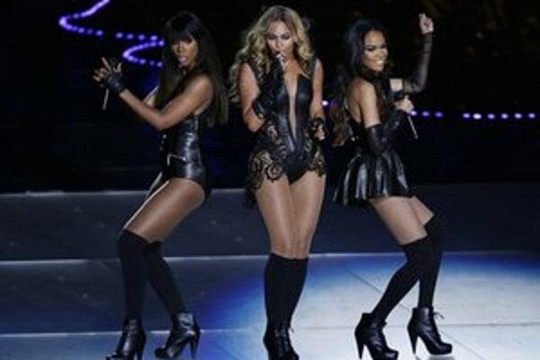 Cez víkend Beyoncé (uprostred) vystúpila na finále ligy amerického futbalu NFL Super Bowl, na jar sa chystá na turné.