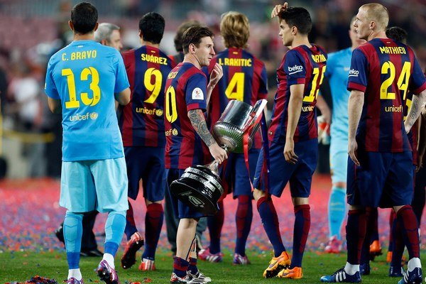 Lionel Messi so Španielskym pohárom po triumfe s Barcelonou nad Bilbaom.