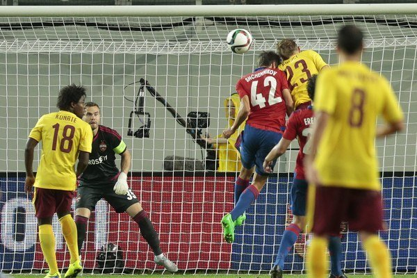 Sparťan Ladislav Krejčí (č. 23) práve hlavou vyrovnáva stav duelu proti domácemu CSKA Moskva na 2:2. Týmto výsledkom sa zápas aj napokon skončil.