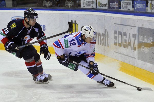 Tomáš Surový (vľavo) si už dres Slovana v minulosti obliekal. Na snímke prenasleduje Antona Šenfeľda z tímu Lada Togliatti