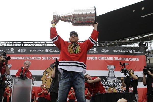 Mairán Hossa oslavuje zisk Stanley Cupu na štadióne Soldier Field v Chicagu.