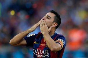 Xavi posiela bozk fanúšikom Barcelony počas osláv titulu po poslednom ligovom zápase.