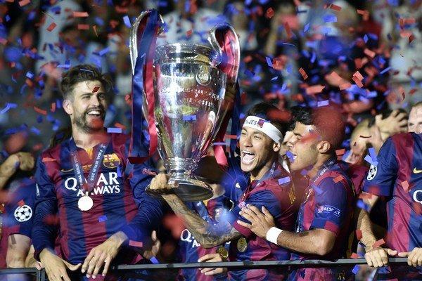 Futbalisti FC Barcelona oslavujú zisk trofeje, pohár nad hlavu dvíha Neymar.