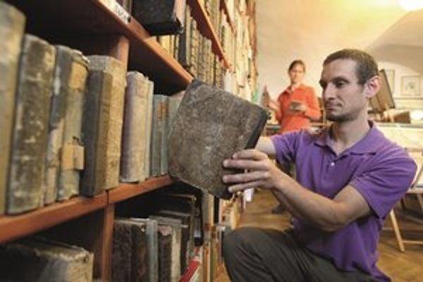 Zamestnanec antikvariátu Miro Holý hovorí, že v Štiavnici už nie je toľko zaujímavých kníh ako pred pár desaťročiami, keď ľudia nechápali ich hodnotu a nosili ich do zberu.