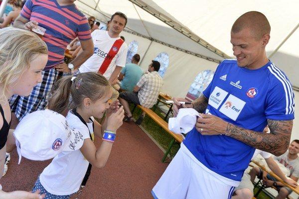 Akcie Hviezdy deťom sa zúčastnil aj reprezentačný stopér Martin Škrtel.