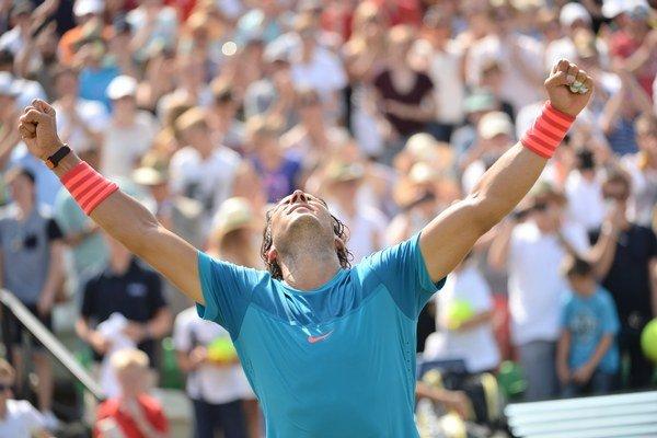 Rafael Nadal oslavuje celkový triumf na turnaji v Stuttgarte.
