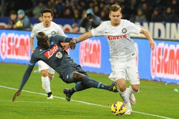Rumunskú reprezentáciu poslal do vedenia ich kľúčový hráč- útočník milánskeho Interu George Puscas (s loptou).