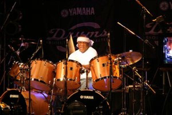 Už niekoľko dekád patrí medzi najuznávanejších bubeníkov na svete.
