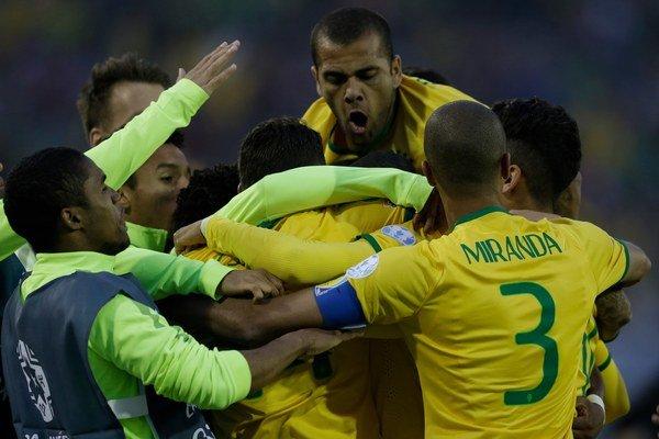 Thiago Silva v obkolesení rozradostených spoluhráčov po úvodnom presnom zásahu.