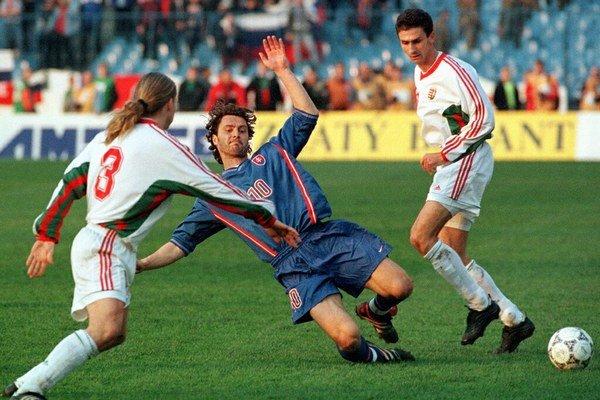 Peter Dubovský (č.10) v kvalifikačnom zápase na Tehelnom poli o postup na ME 2000. Písal sa 31. marec 1999 a Slovensko remizovalo s Maďarskom 0:0.