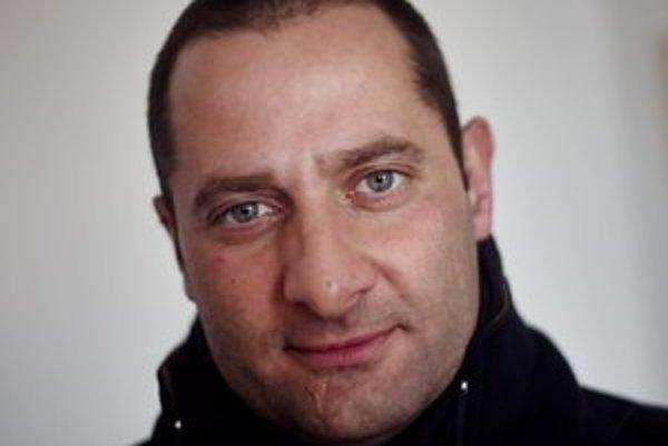 Marco Di Lauro (1970) - ako vojnový fotograf pôsobil v Kosove, Afganistane, Izraeli, Iraku a ďalších krajinách, je fotografom sekcie Reportáží agentúry Getty Images, niekoľkokrát spolupracoval s organizáciou UNICEF, získal viacero významných ocenení.